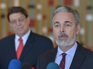 O ministros das Relações Exteriores do Brasil, Antônio Patriota, dá entrevista após encontro com o colega cubano, Bruno Eduardo Rodríguez Parrilla (Foto: Wilson Dias/Abr)