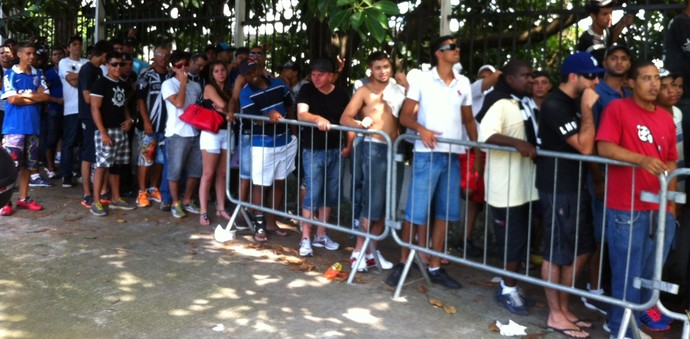 Fila ingressos copinha (Foto: Cássio Barco/GloboEsporte.com)