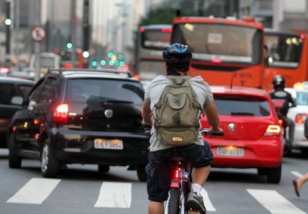 Ciclista no trânsito de São Paulo (Foto: Reprodução/Facebook)