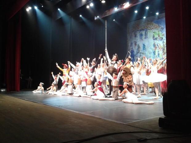 Dançarinos agradeceram os aplausos da plateia (Foto: Secom/Divulgação)