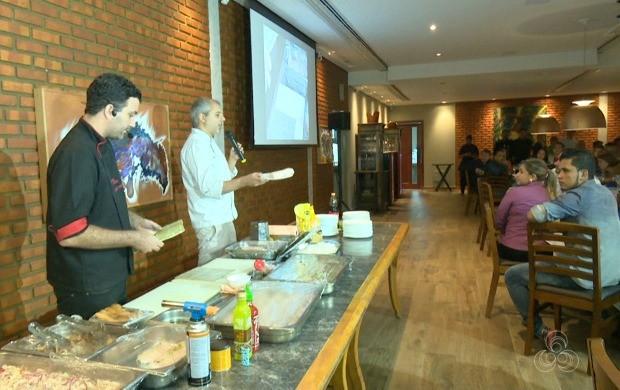 Alexandre Saber ministrou técnicas de preparo do sushi para profissionais do estado (Foto: Acre TV)