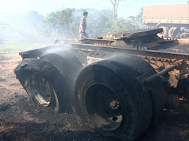 Chamas atingiram um caminhão de uma borracharia (Foto: Reprodução/TV Fronteira)
