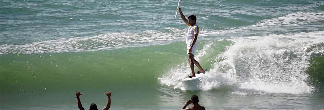Carlos Burle surfa com tocha e acredita que  o surfe ainda vai participar das Olimpíadas