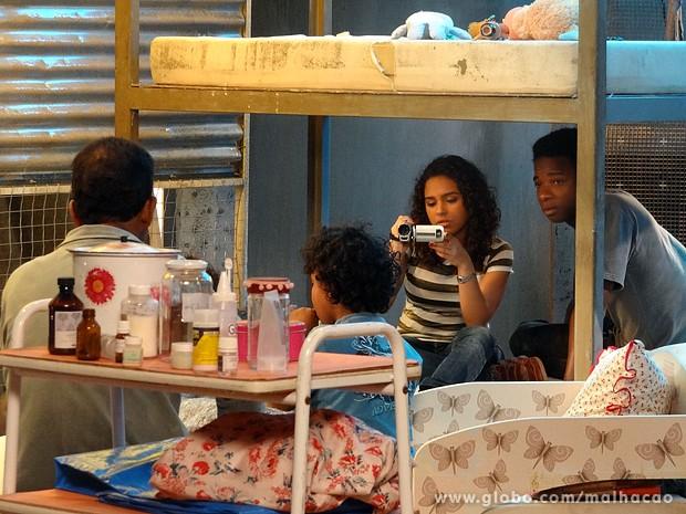 Julia grava um depoimento para seu documentário (Foto: Malhação / TV Globo)