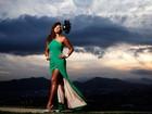 Cris Vianna posa do alto do 'Morro do Adeus', no Rio, e fala do seu amor pelo carnaval