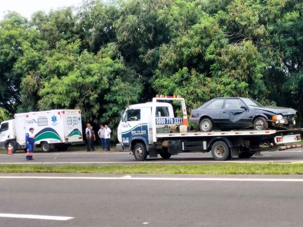 Acidente entre carro e caminhão na Rodovia do Açúcar, em Rio das Pedras (Foto: Wesley Justino/EPTV)