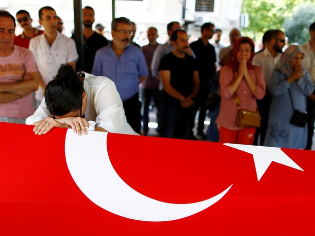 Familiar de vítima do ataque ao Aeroporto Internacional de Istambul, na Turquia, chora durante funeral na quarta-feira (29) (Foto: Osman Orsal/Reuters)