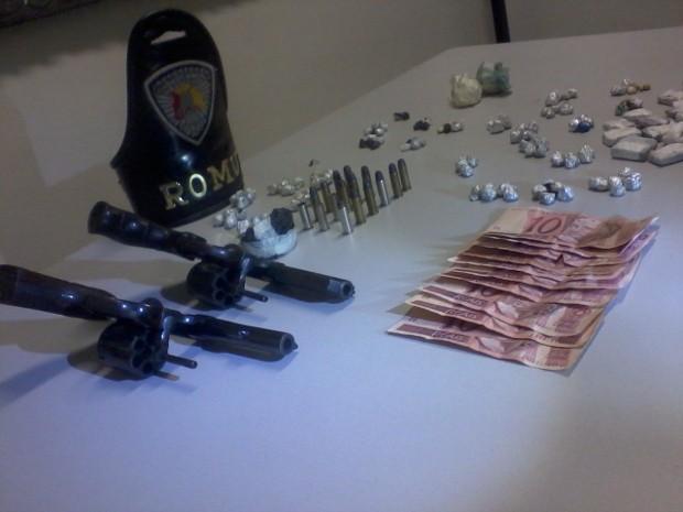 Além de drogas a polícia também apreendeu dois revólveres com os suspeitos (Foto: Guarda Municipal de Sorocaba)