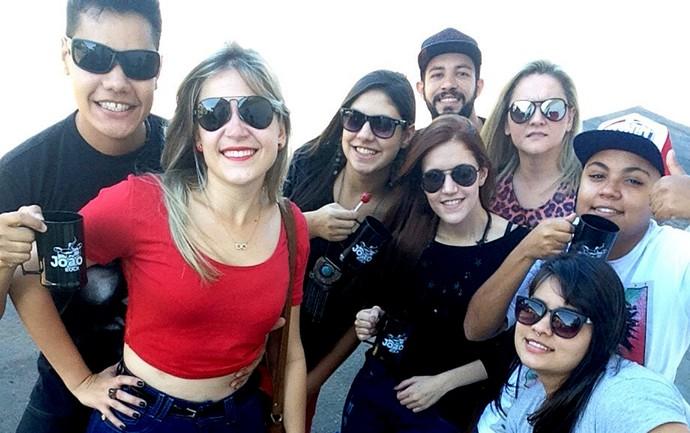 À esquerda, Rafael e Isabela posam ao lado de amigos no Festival João Rock  (Foto: Arquivo pessoal)