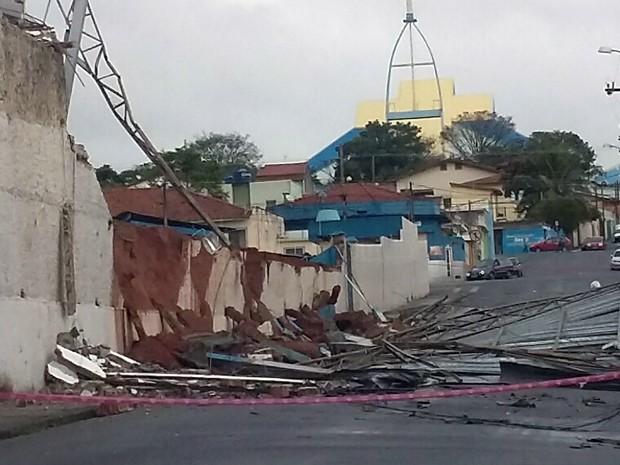 Temporal destelha 50 casas e deixa quatro feridos em Atibaia, SP (Foto: Luciano Alves/ Vanguarda Repórter)