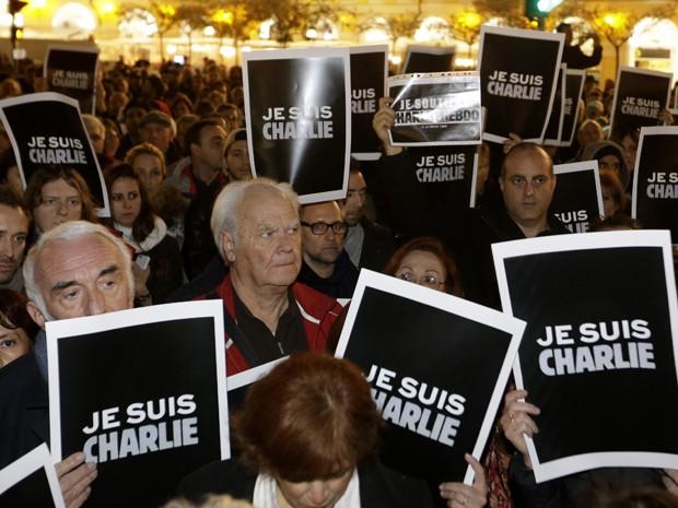 Manifestantes em Nice seguram cartazes com a inscrição 'Eu sou Charlie', na quarta (7) (Foto: AP Photo/Lionel Cironneau)