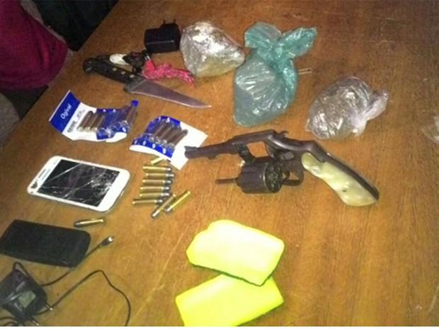 Arma e celulares foram apreendidos neste sábado (19), em Alcaçuz (Foto: Divulgação/PM)