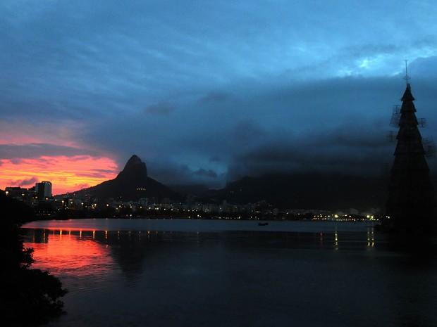A árvore ainda apagada contrasta com as cores do pôr do sol (Foto: Alexandre Durão/G1)