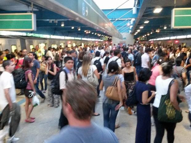 Trens parados na Estação Santos Imigrantes da Linha 3-Verde do Metrô no início da noite (Foto: Gabriela Gasparin/G1)