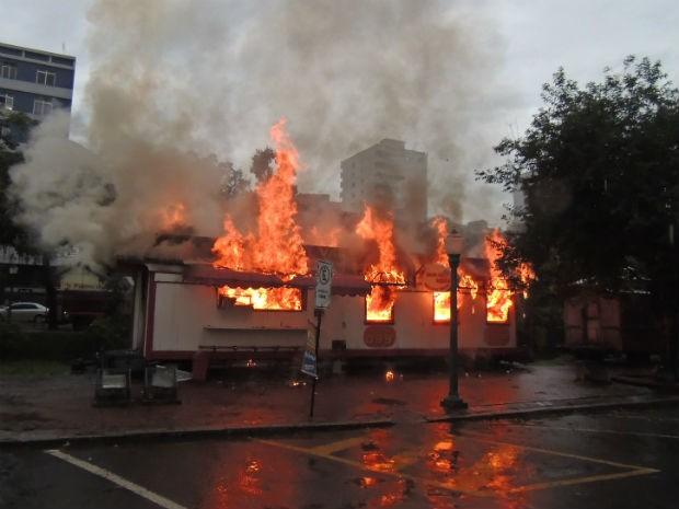 Fogo atingiu vagão de lanches na praça (Foto: Marcos Corrêa)