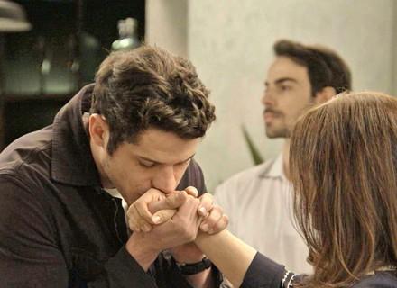 Adônis beija a mão de Shirlei, e Felipe aparece