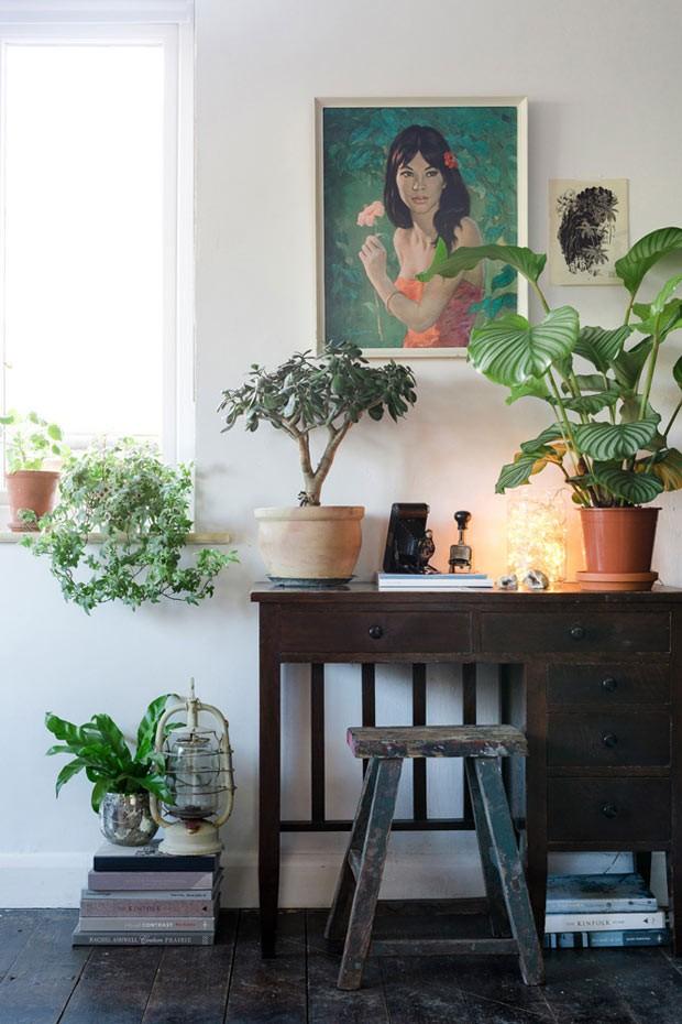 Um quadro com tema botânico complementa um espaço com plantas. Muito mais charme em seu ambiente (Foto: Lina Skukauske | Urban Jungle Bloggers)