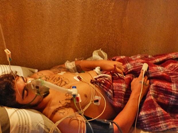 Grego fica inconsciente após ingerir comida envenenada (Foto: Thaís Dias / Gshow)
