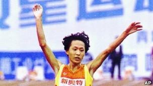 Chinesa atleta (Foto: BBC/AP)