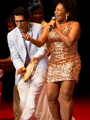 Margareth Menezes em show no Prêmio Caymmi, ao lado do ator Jackson Costa (Foto: Felipe Miranda/Divulgação)