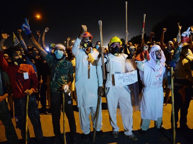 Manifestantes da oposição no Paquistão protestam conra o primeiro-ministro do país neste sábado (30) em Islamabad (Foto: AFP / AAMIR QURESHI)