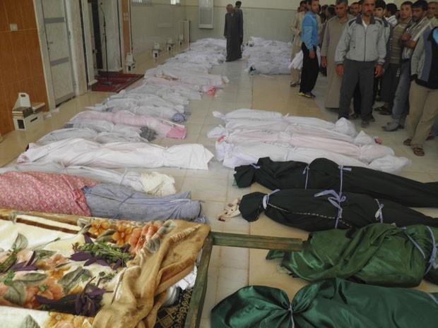 Corpos de vítimas dos ataques nas últimas 24 horas são vistos em Houla (Foto: Reuters/Shaam News Network)