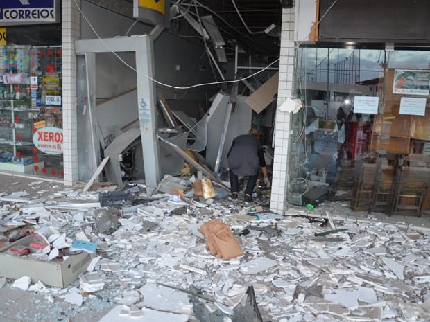 Bandidos detonam caixas eletrônicos em shopping no bairro do Bessa (Foto: Walter Paparazzo/G1)