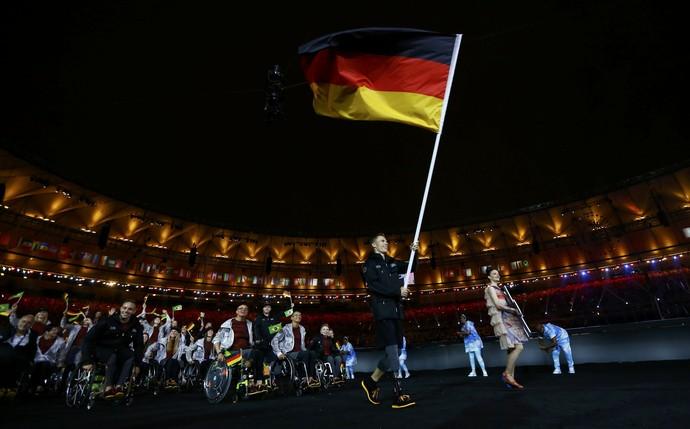 Markus Rehm carrega a bandeira da Alemanha (Foto: Reuters)
