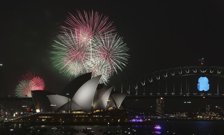 Já é Ano Novo na Austrália. Milhares de pessoas acompanham o show de queima de fogos em Sydney