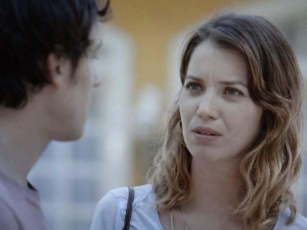 Laura deixa Caíque em saia justa (Foto: TV Globo)
