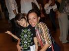 Carla Marins e Dira Paes levam os filhos ao teatro