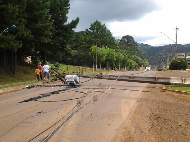 Postes ficaram caídos na Avenida Farid Abrahão (Foto: Cliceu Cristóvão Pereira de Oliveira)
