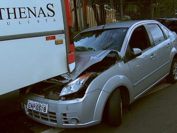 Carro roubado por adolescente bateu em outro e depois na traseira de ônibus em São Carlos (Foto: Marlon Tavoni/EPTV)