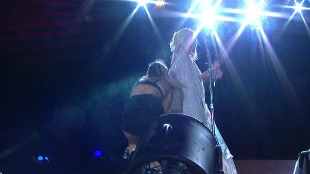 Rayane apertando o bumbum de Katy (Foto: Multishow/Reproduo)