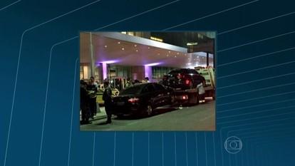 Dois carros do aplicativo Uber são rebocados pelo Detro no Aeroporto Santos Dumont
