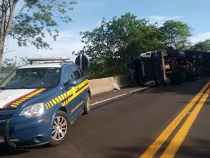 Veículo tombou na BR-153 (Foto: Polícia Rodoviária/Divulgação)