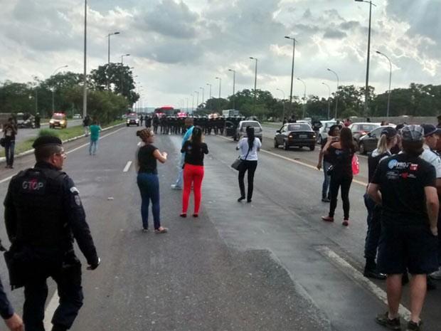 Manifestantes bloqueiam Eixão durante protesto de professores em greve (Foto: Heloísa Javiel/Arquivo Pessoal)