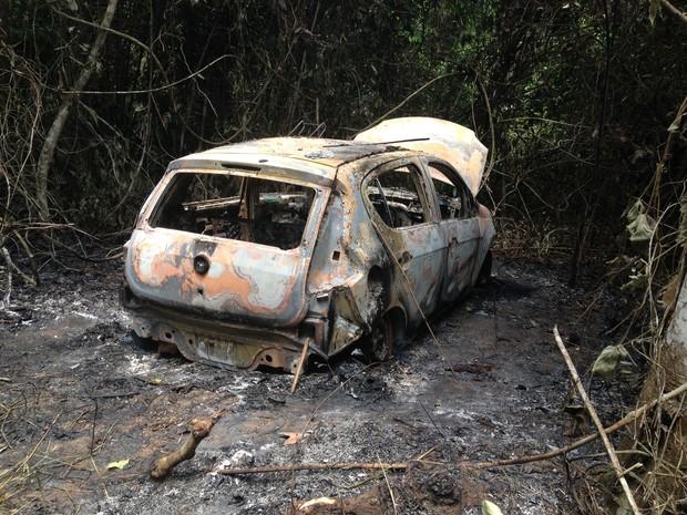 A suspeita é de que o carro tenha sido usado em um roubo a um posto de combustível na última segunda-feira.  (Foto: Júnior Freitas/G1)