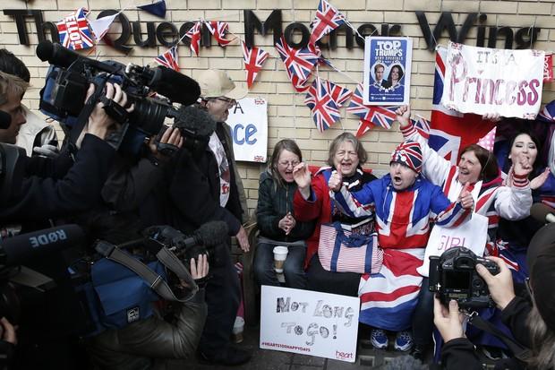 Fãs comemoram a chegada do bebê real (Foto: AFP)