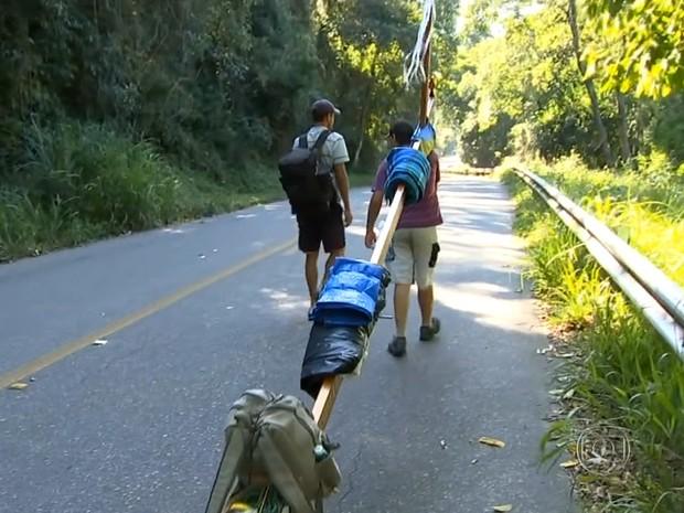 Solitários ou acompanhados muitos peregrinos caminham para agradecer graças recebidas (Foto: reprodução/Rede Globo)