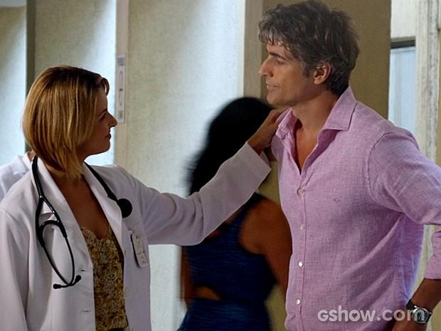 Silvia diz a Cadu que ele é seu paciente mais bonito (Foto: Em Família/TV Globo)