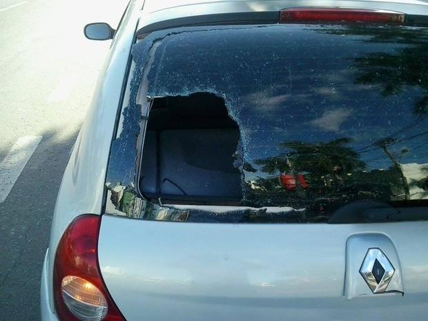 Carro foi atingido por tiro em plena Avenida Rondon Pacheco (Foto: André Fejó/Arquivo Pessoal)
