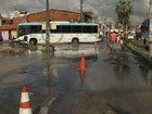 Cano estoura, água vaza e ônibus cai em buraco em rua de Fortaleza