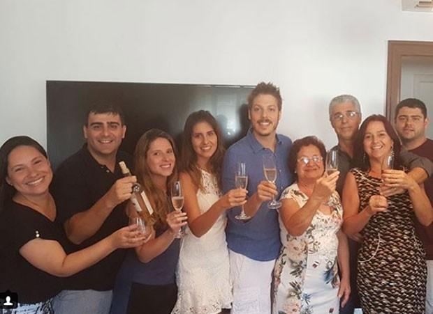 Fábio Porchat e Nataly Mega com a família (Foto: Reprodução Instagram)