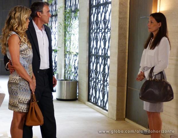 Tereza se apresenta para Heloísa que não gosta da 'nova cliente' de Thomaz (Foto: Além do Horizonte/TV Globo)