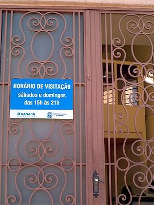 Placa indica dias e horários de visitação na Torre do Castelo, em Campinas  (Foto: Luciano Calafiori/G1)