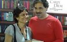 Mia e Agualusa distribuem autógrafos (Luna Markman / G1)