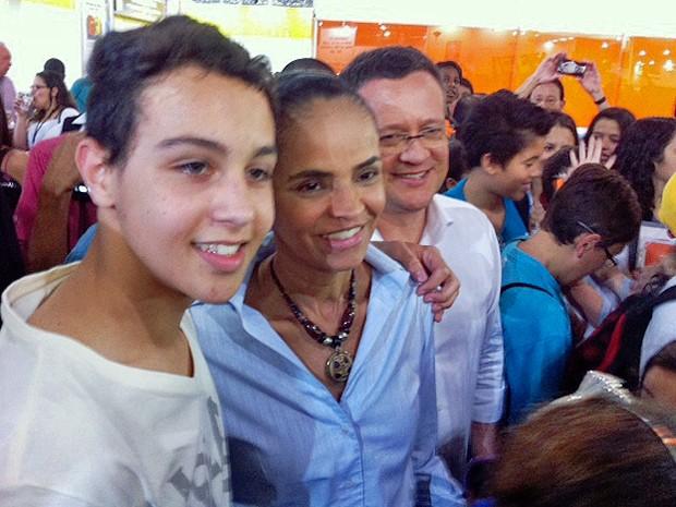 Marina Silva e Beto Albuquerque posam para foto com estudante na Bienal do Livro de São Paulo (Foto: Roney Domnigos / G1)