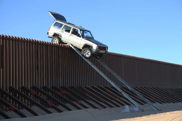 Dupla tentou cruzar com jjipe sobre cerca  de 4,3 metros de altura na fronteira entre Estados Unidos e México. (Foto: AP)