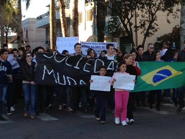 Em Soledade, cerca de 250 pessoas fizeram uma passeata na principal avenida da cidade, segundo a Brigada Militar (Foto: Cintia Furlani / RBS TV)